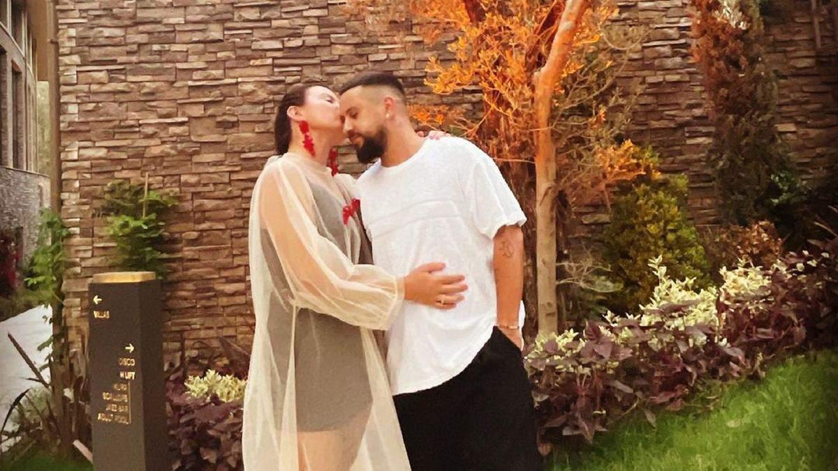 Монатік відпочиває в Туреччині: романтичне фото з дружиною