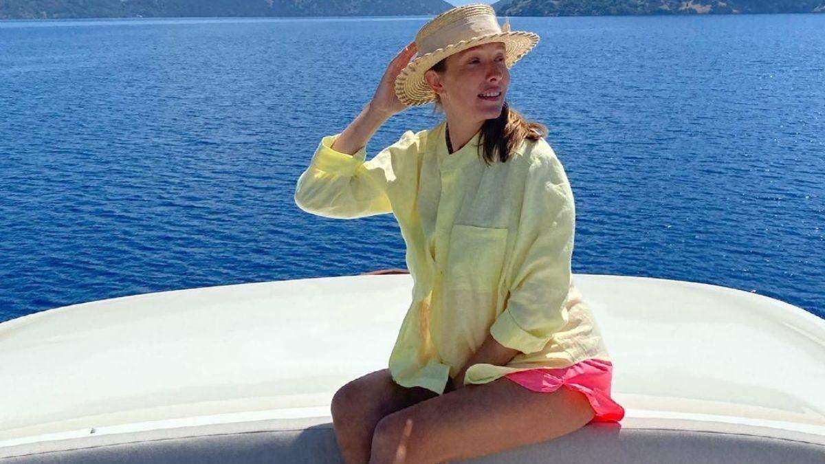 Вагітна Катя Осадча показала яскравий літній образ в Туреччині: фото