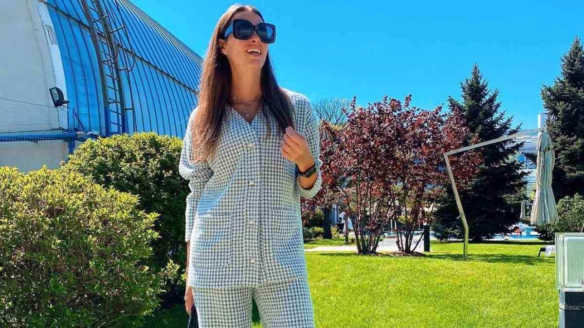 Жена Решетника ошеломила весенним образом в костюме: фото
