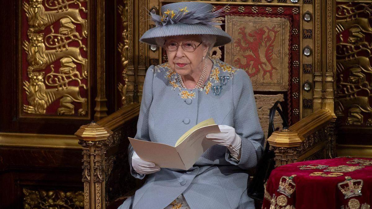 Елизавета II в сиреневом пальто с вышитыми цветами и без маски: фото