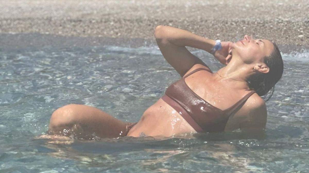 Ілона Гвоздьова у коричневому купальнику похизувалася фігурою: фото