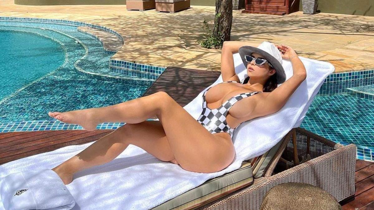 Деми Роуз показала новое фото в купальнике: засветила огромный бюст