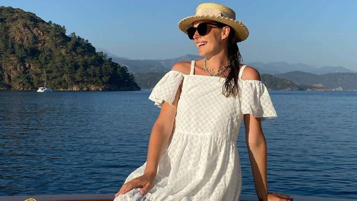 Катя Осадчая очаровала нежным образом в белом платье: фото