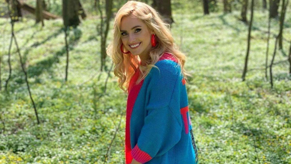 Ірина Федишин прогулялася лісом у яскравому кардигані: фото