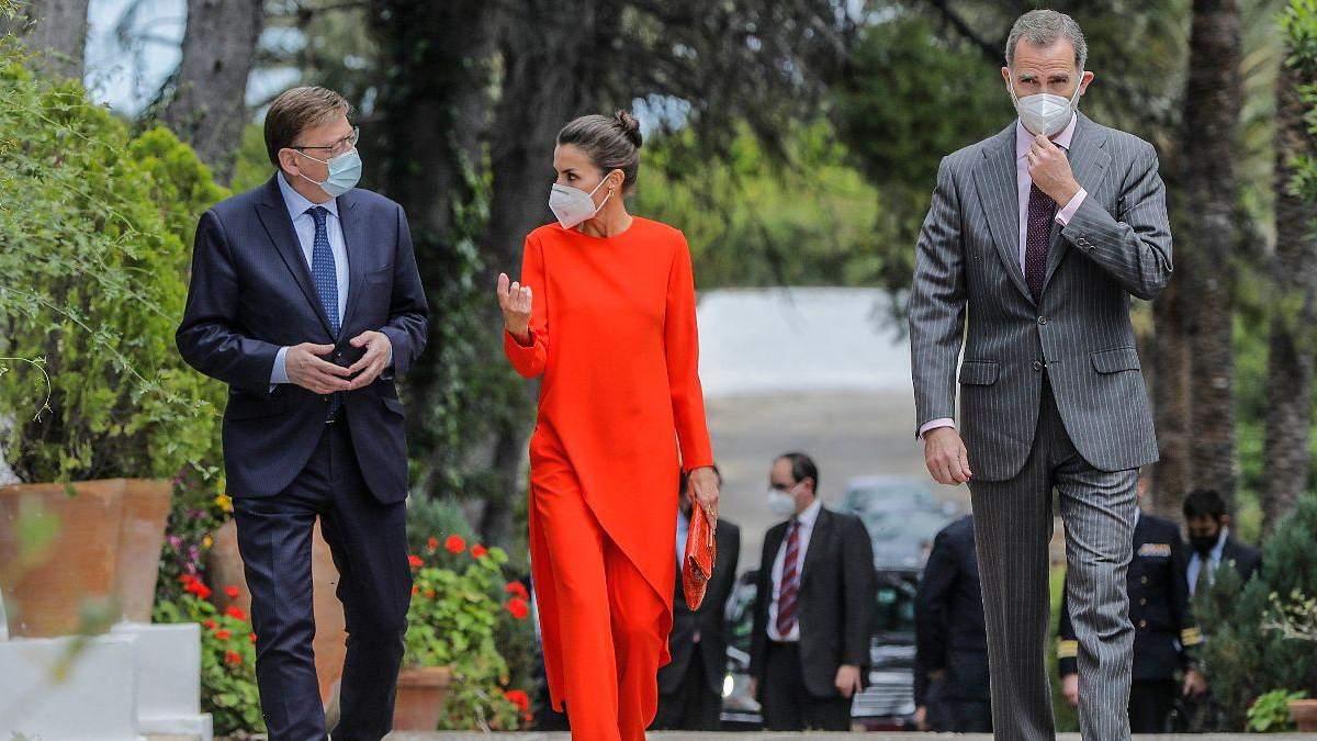 Королева Летиція підкорила аутфітом у помаранчевому костюмі: фото