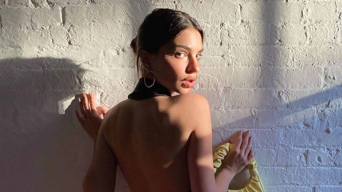 Эмили Ратаковски позировала в платье без белья: фото