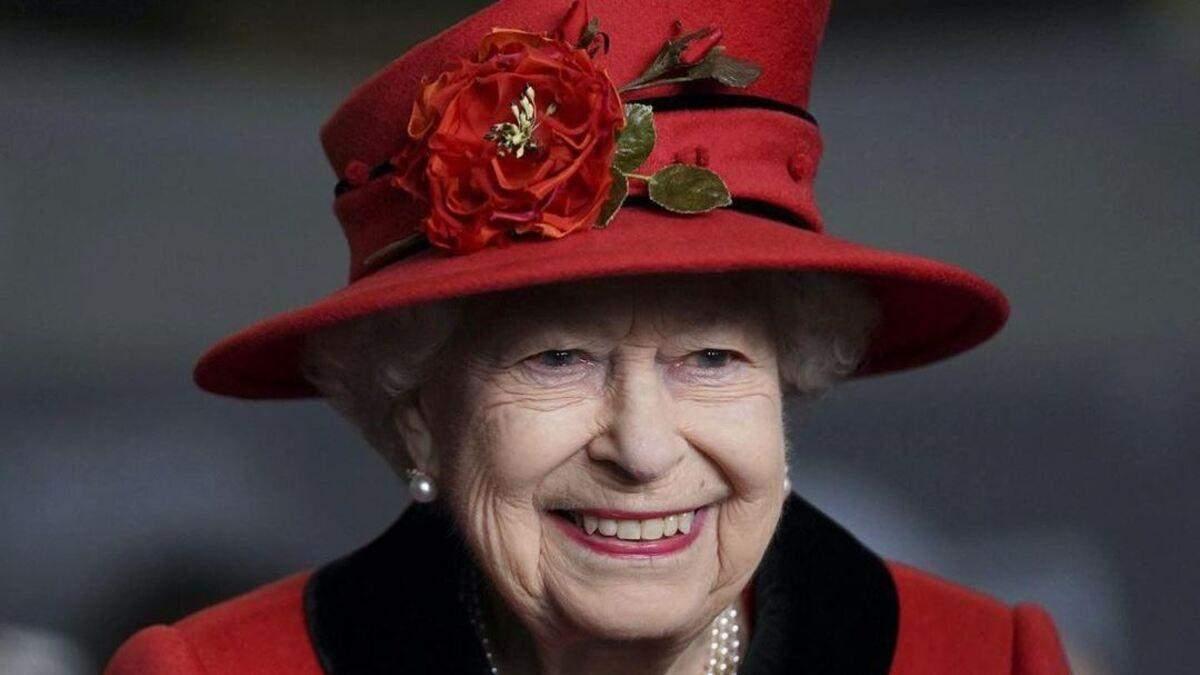 Елизавета II вышла в свет в пальто и с особой брошью