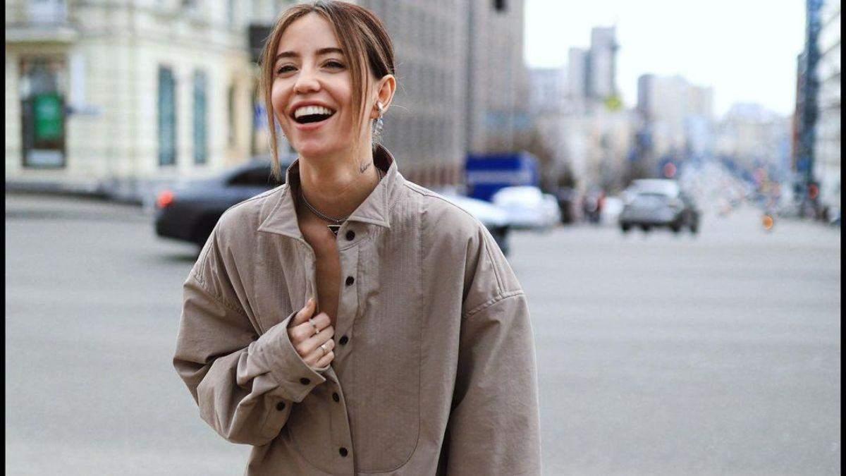 Надя Дорофєєва підкорила стильним образом у сорочці: фото
