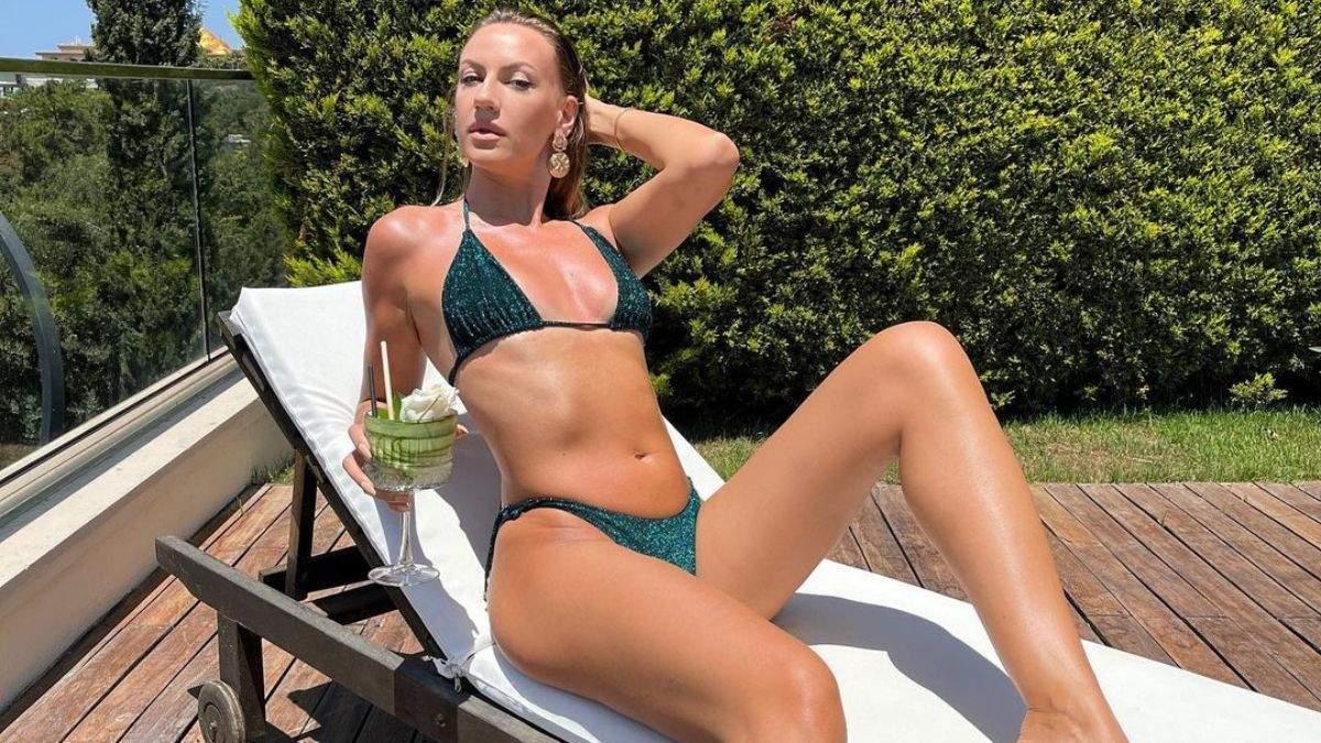 У смарагдовому купальнику: Леся Нікітюк позувала в Туреччині