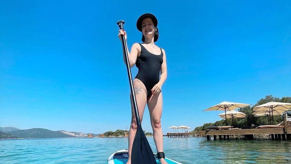 Снежана Бабкина показала фигуру в купальнике с разрезами: фото