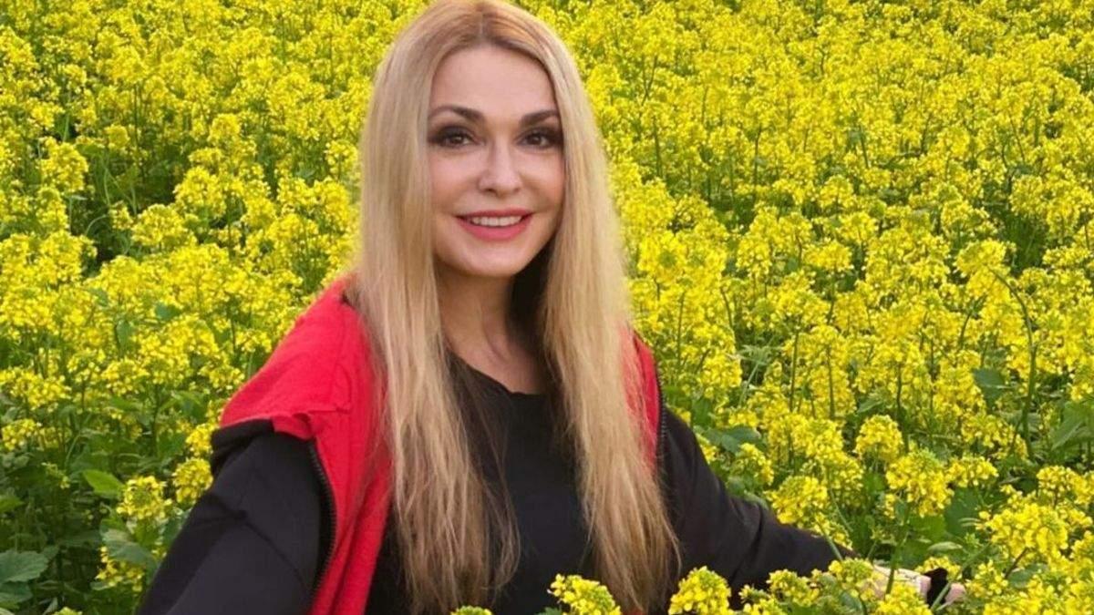 Ольга Сумская показала образ на поле среди цвета: эффектные фото