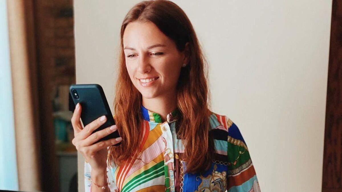 Жена Григория Решетника поразила образом в ярком платье фото