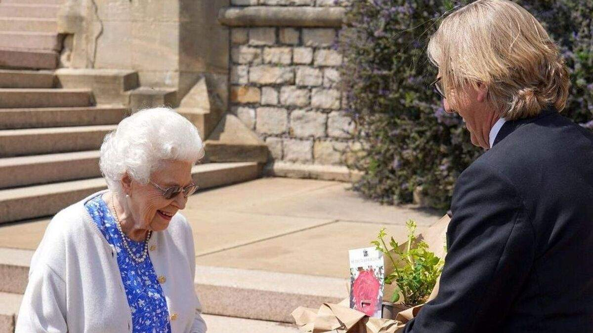 Елизавете II подарили сорт роз, названный в честь принца Филиппа