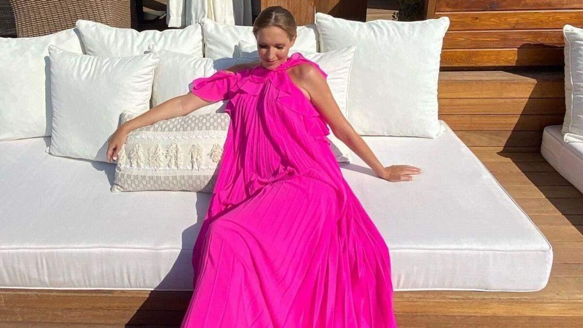 Катя Осадчая ошеломила роскошным look в платье цвета фуксии фото