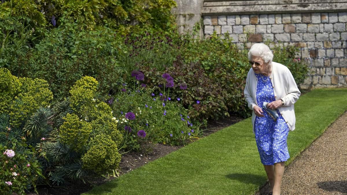 Елизавета II захватила нежным образом в цветочном платье фото