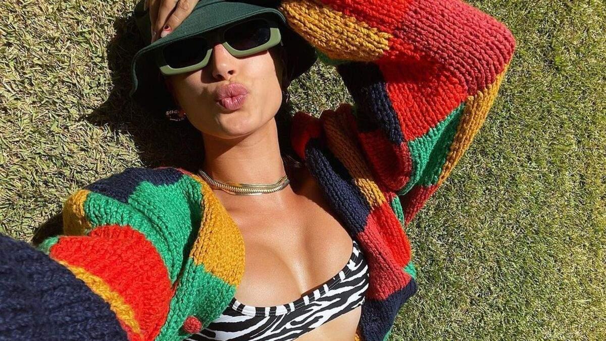 Гейлі Бібер сексуально випнула груди у траві: пікантне фото