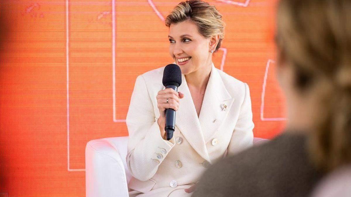 Олена Зеленська вийшла в світ у білому костюмі: фото