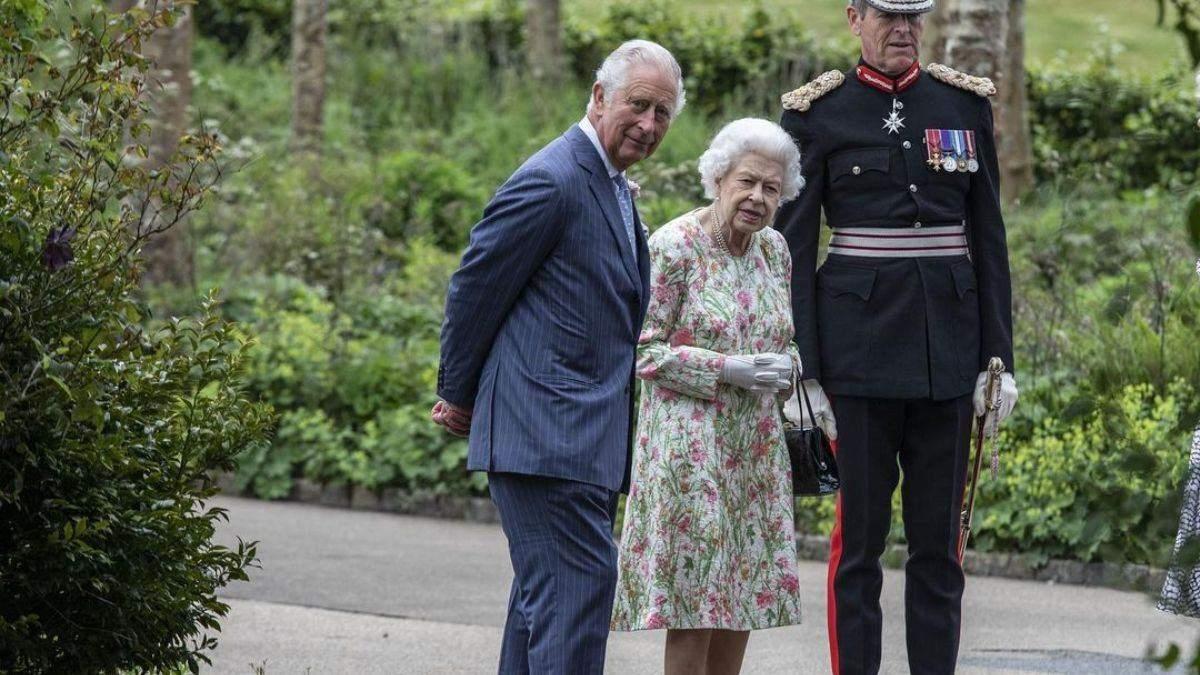 Елизавета II в цветочном платье вышла в свет вместе с сыном: фото