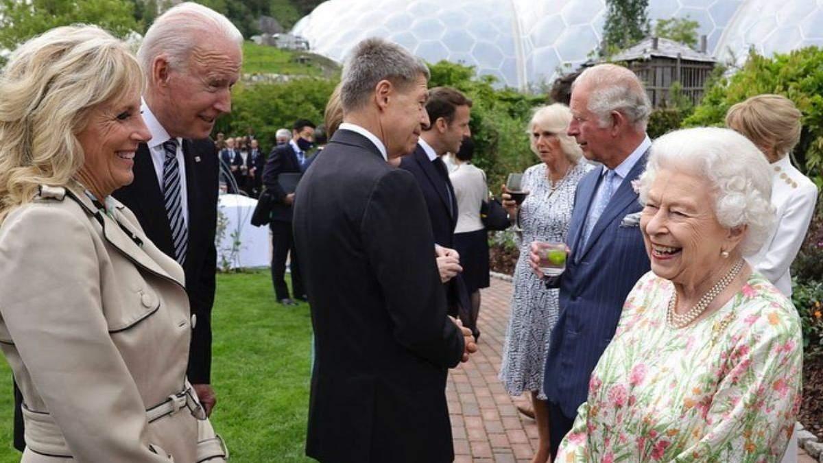 Джо Байден на встрече с Елизаветой II нарушил королевский протокол