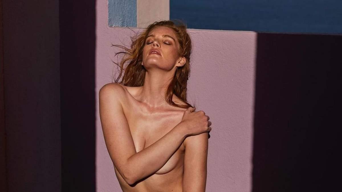 Алексина Грем прикрила пишні груди руками: фото в ліжку
