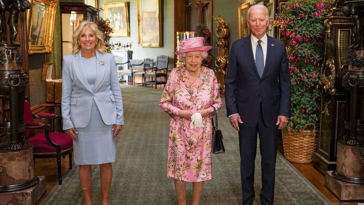 Джо Байден дважды нарушил протокол на встрече с Елизаветой II