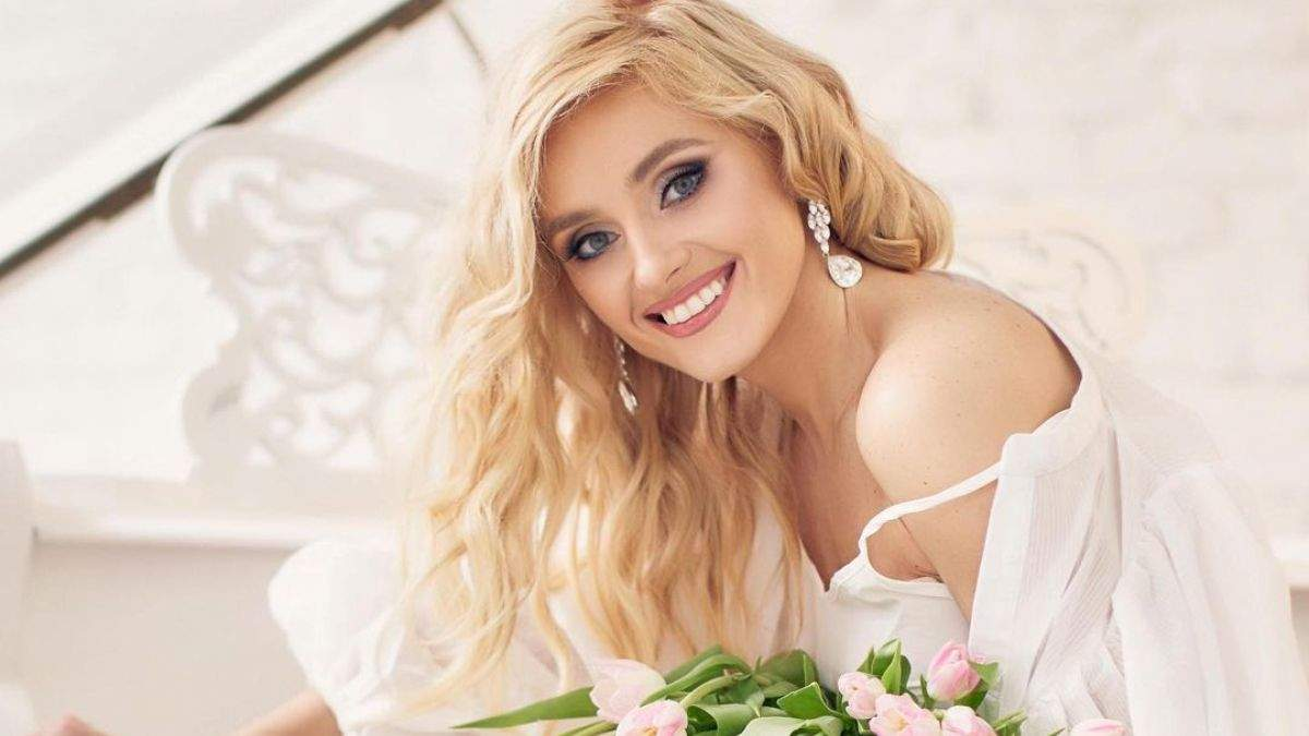 Ірина Федишин у білій сорочці та з тюльпанами: фото