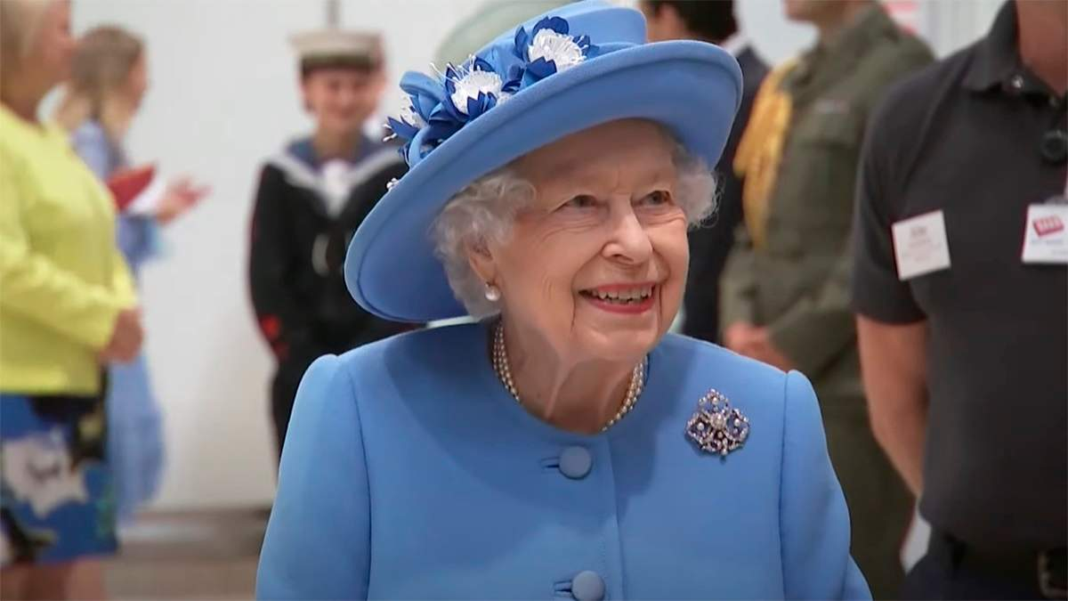 Елизавета II и принц Уильям начали турне по Шотландии: видео