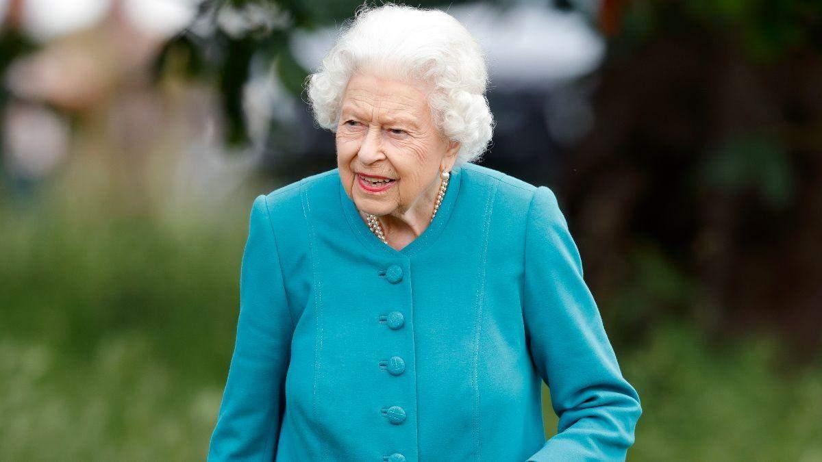 Єлизавета II в бірюзовому пальті та сонцезахисних окулярах: фото