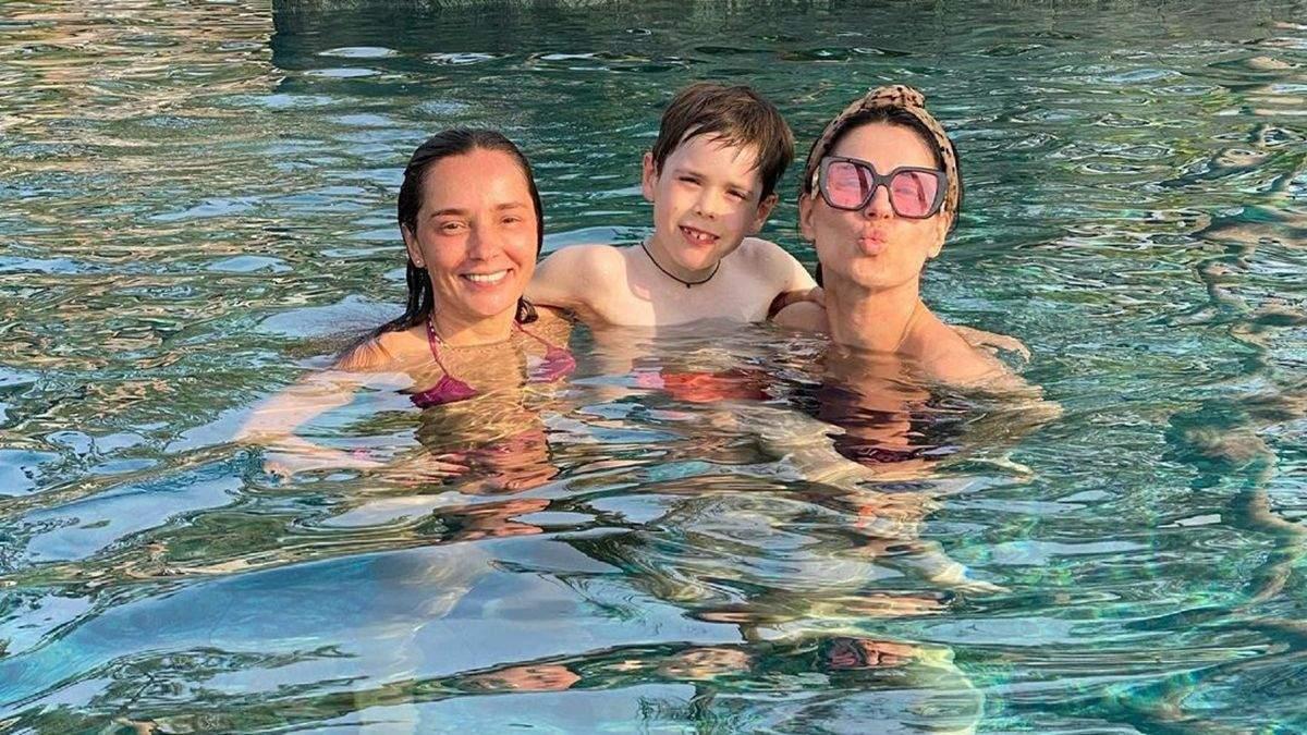 Маша Єфросиніна полетіла в Туреччину з сином і подругами: фото, відео