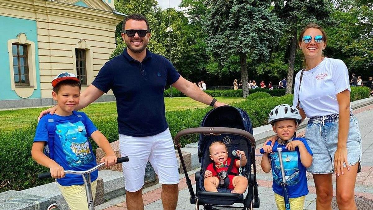 Григорій Решетник прогулявся Києвом з дружиною і синами: фото