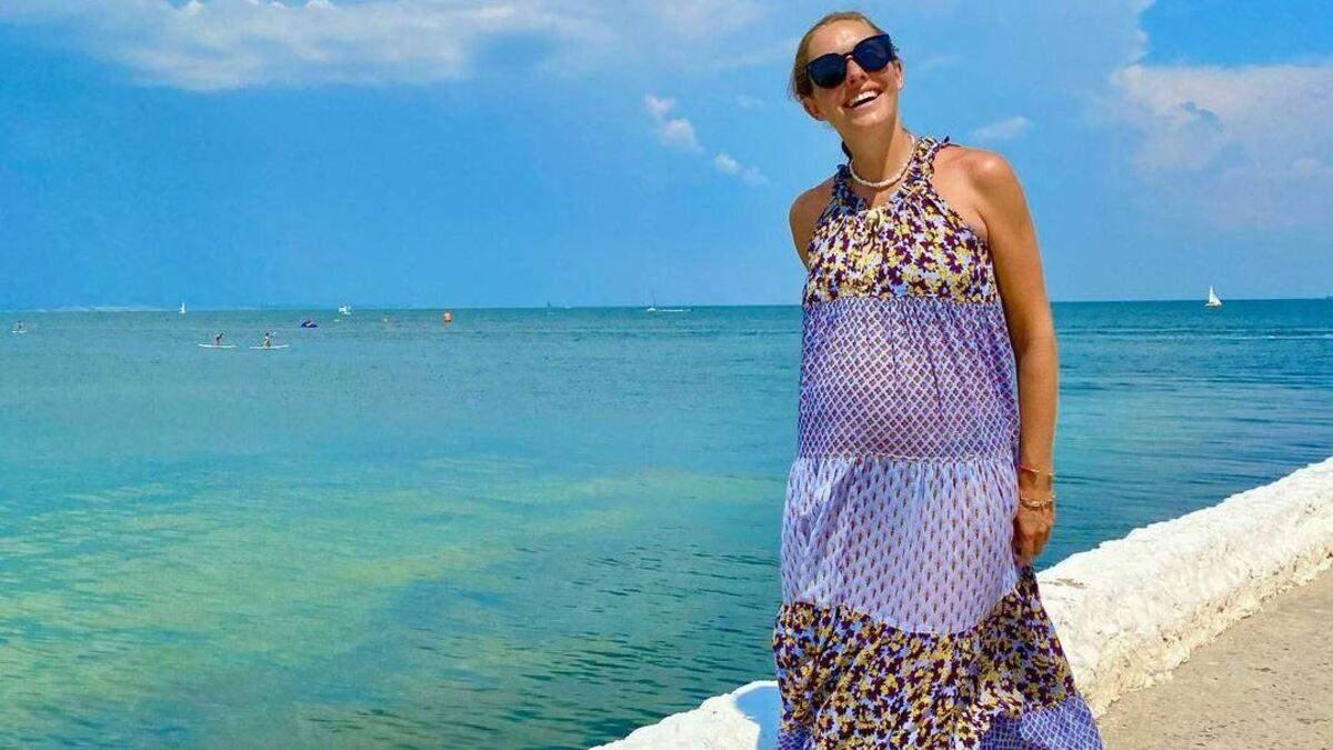 Беременная Катя Осадчая прогулялась у моря в Одессе: фото образа