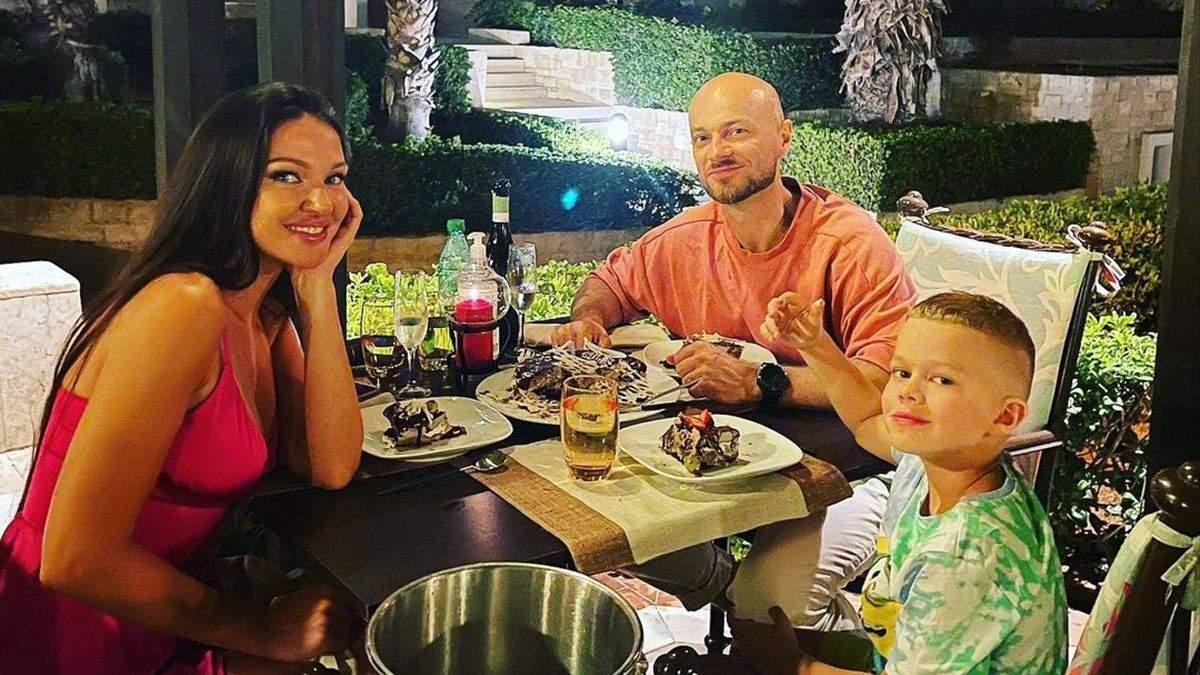 Влад Яма з дружиною і сином полетів у Грецію: як вони відпочивають