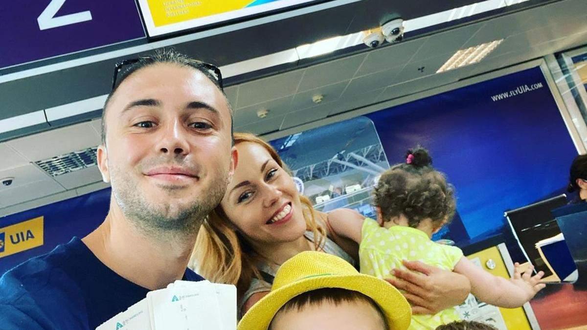 Alyosha и Тарас Тополя полетели на отдых с тремя детьми: фото