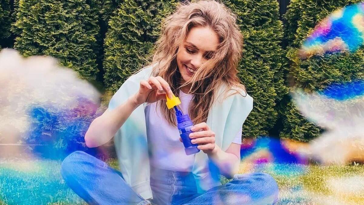 Олена Шоптенко вразила трендовим образом у топі й джинсах: фото