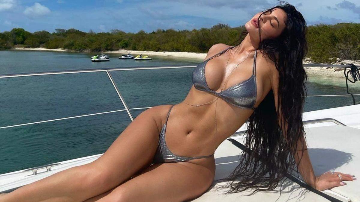 В чем этим летом загорает Кайли Дженнер: горячие фото в купальниках