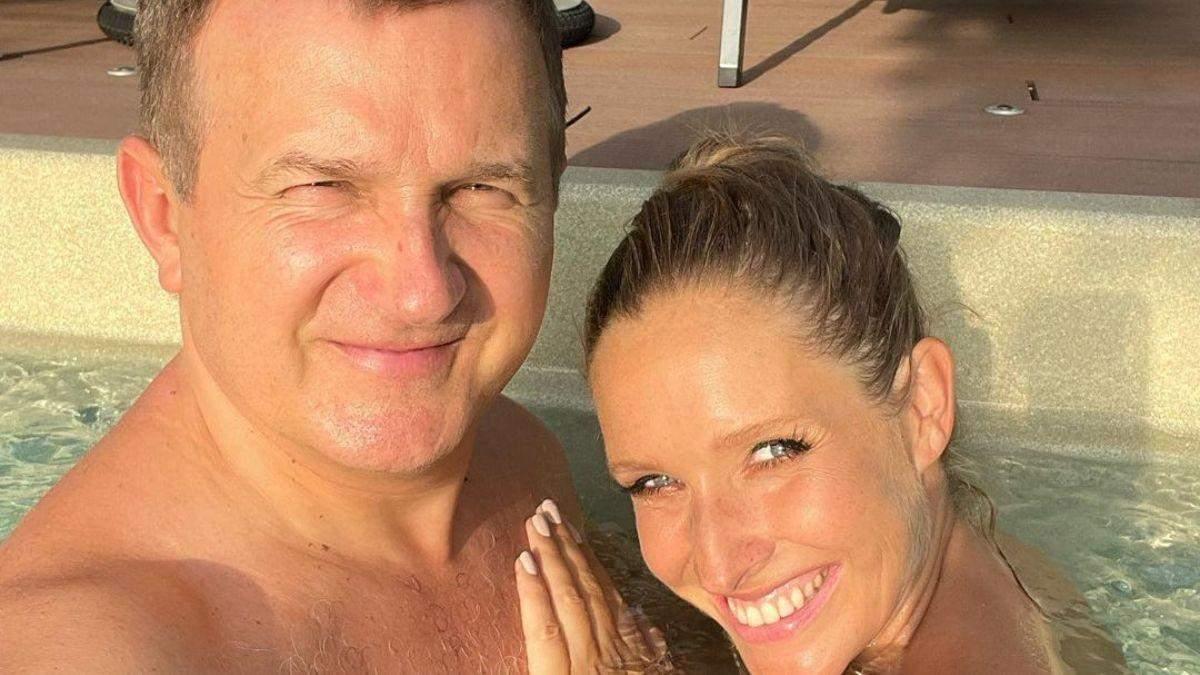 Вагітна Катя Осадча та Юрій Горбунов релаксували в басейні: фото