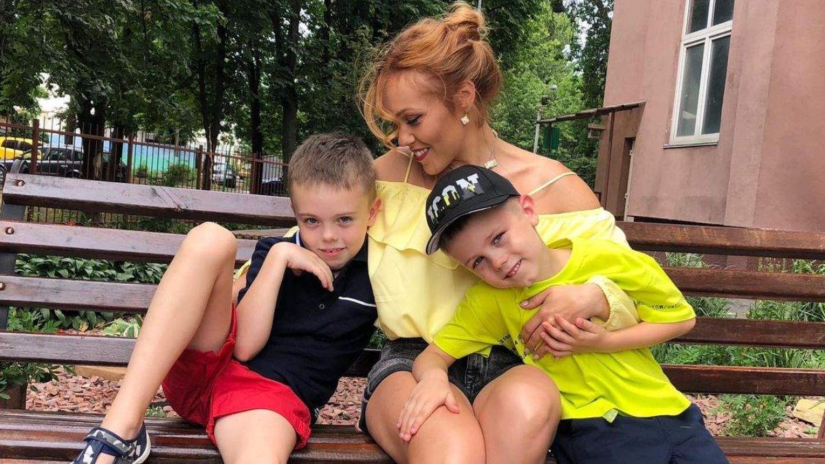 Alyosha показала новые трогательные фото с сыновьями