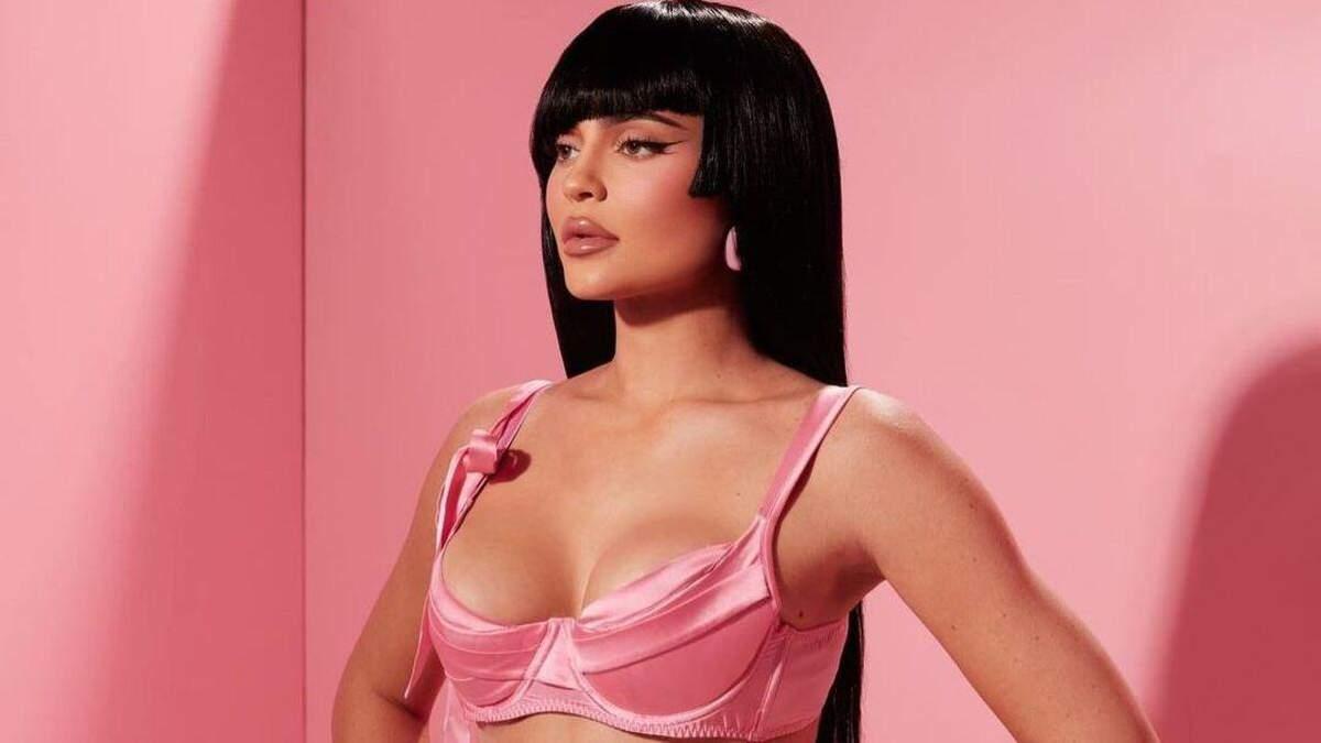 Кайлі Дженнер випнула пишні груди у рожевому ліфі: гарячий образ