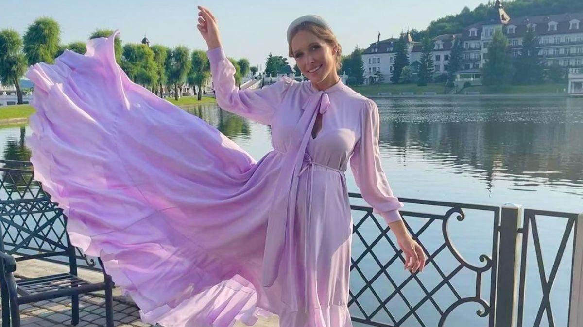 Катя Осадча зачарувала ніжним образом у ліловій сукні: фото