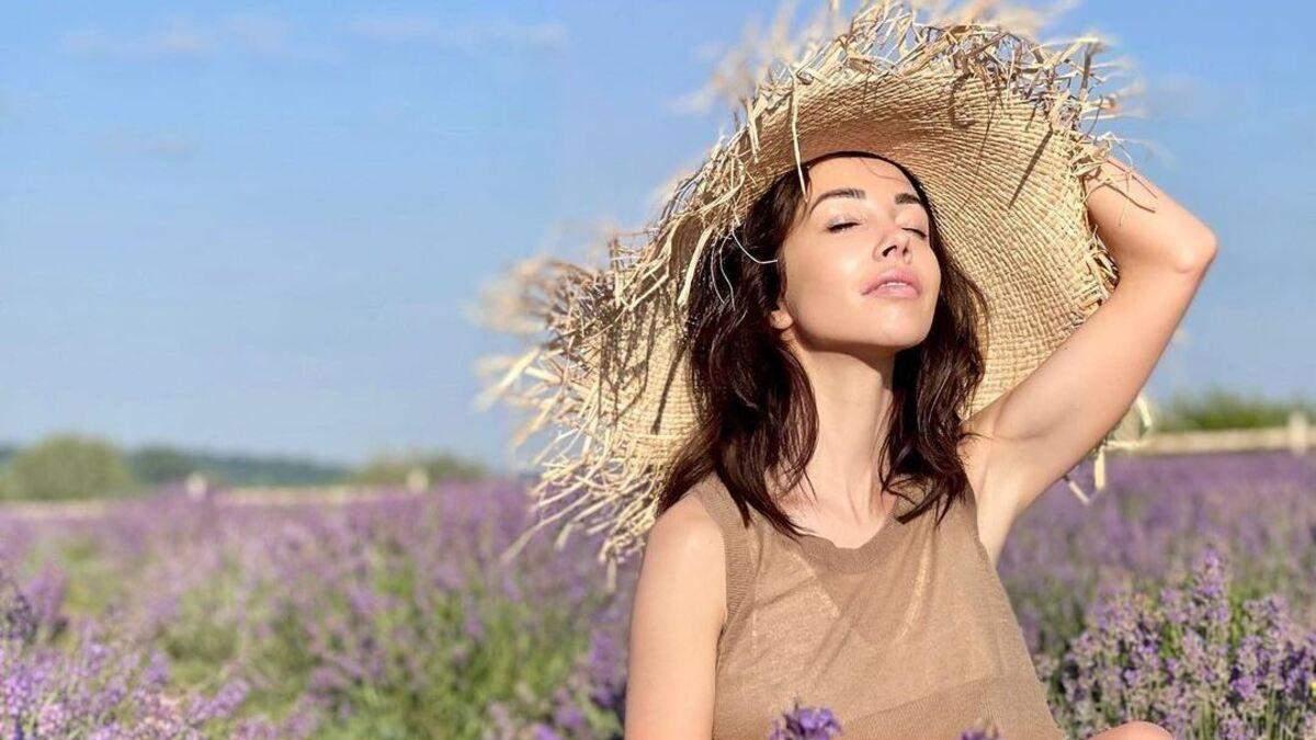 Катерина Кухар позувала в елегантному образі серед лавандового поля