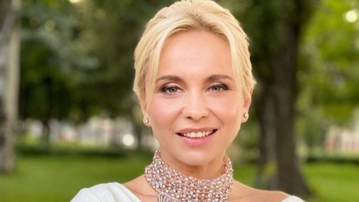 Лилия Ребрик захватила элегантным образом в белом атласном топе фото