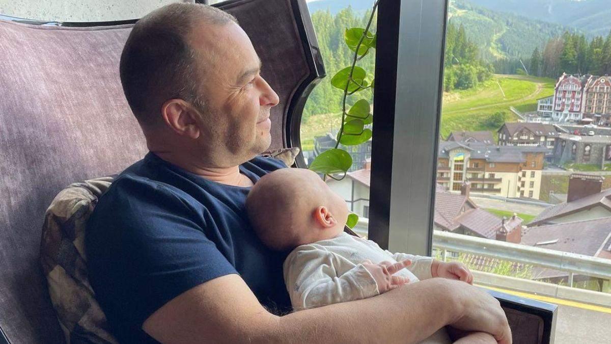 Віктор Павлік з маленьким сином відпочиває в Буковелі: фото