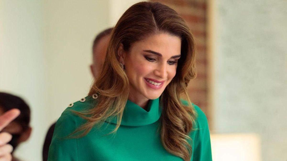 Королева Ранія приголомшила образом у смарагдовій блузці: фото