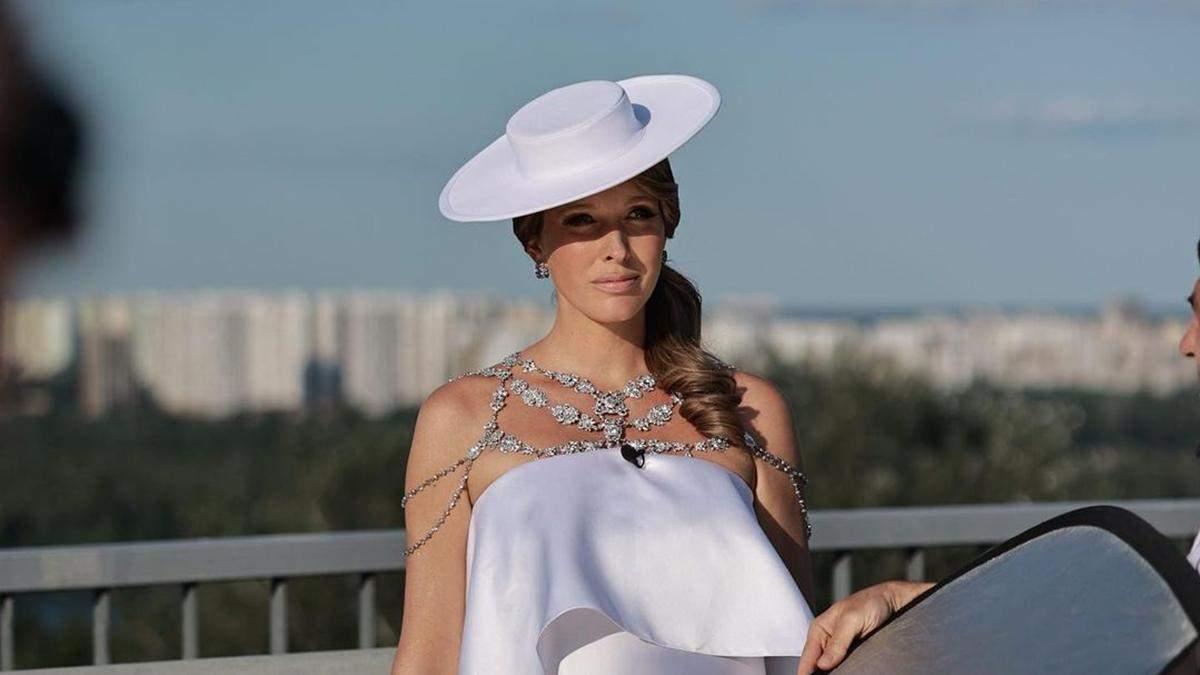 Катя Осадча показала ошатний образ у білій сукні з камінням: фото