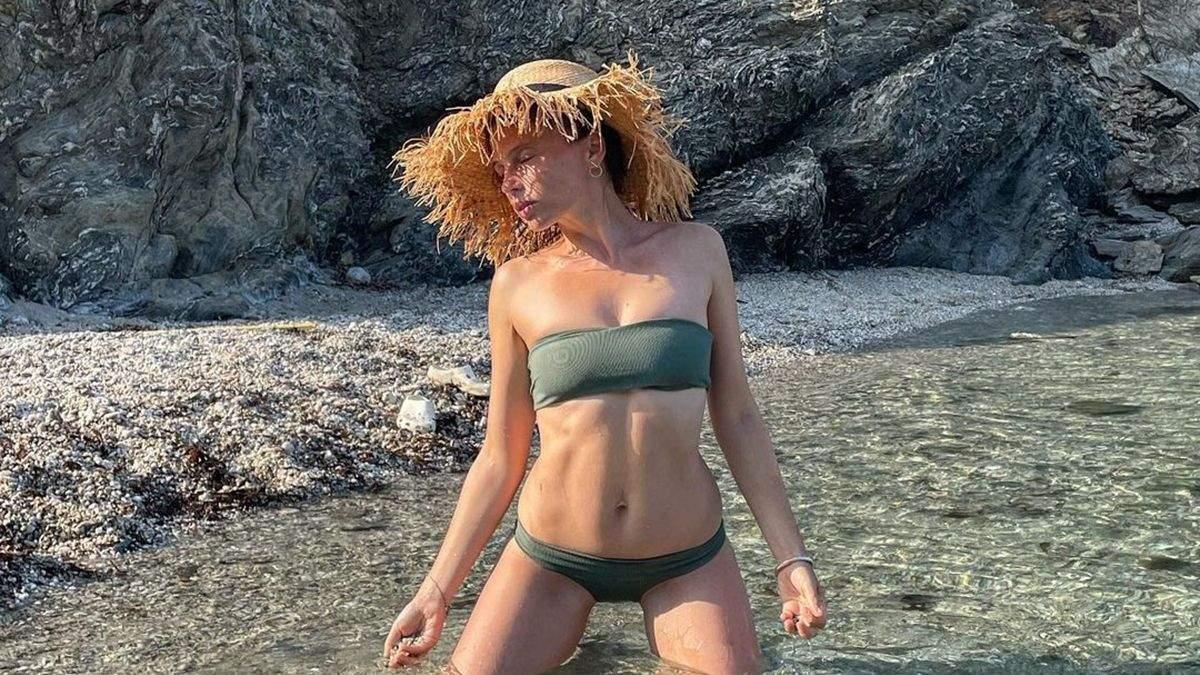 Ірена Карпа позувала в купальнику без бретелей: фото