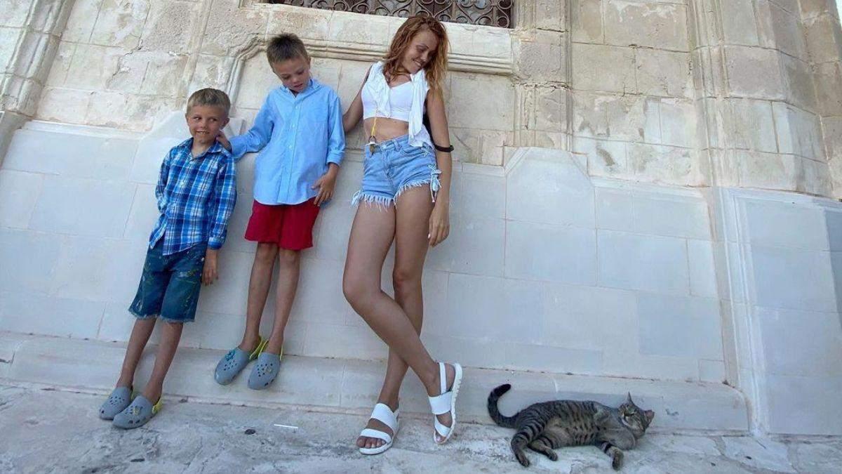 Alyosha на Кипре прогулялась в коротких джинсовых шортах: фото