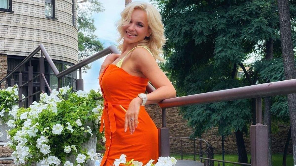 Лилия Ребрик очаровала летним образом в оранжевом платье: фото