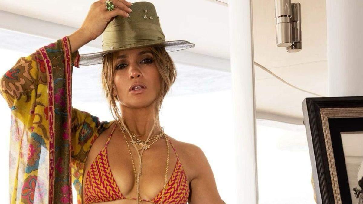 Дженніфер Лопес Дженніфер Лопес засвітила пишний бюст у купальнику від Valentino: фото