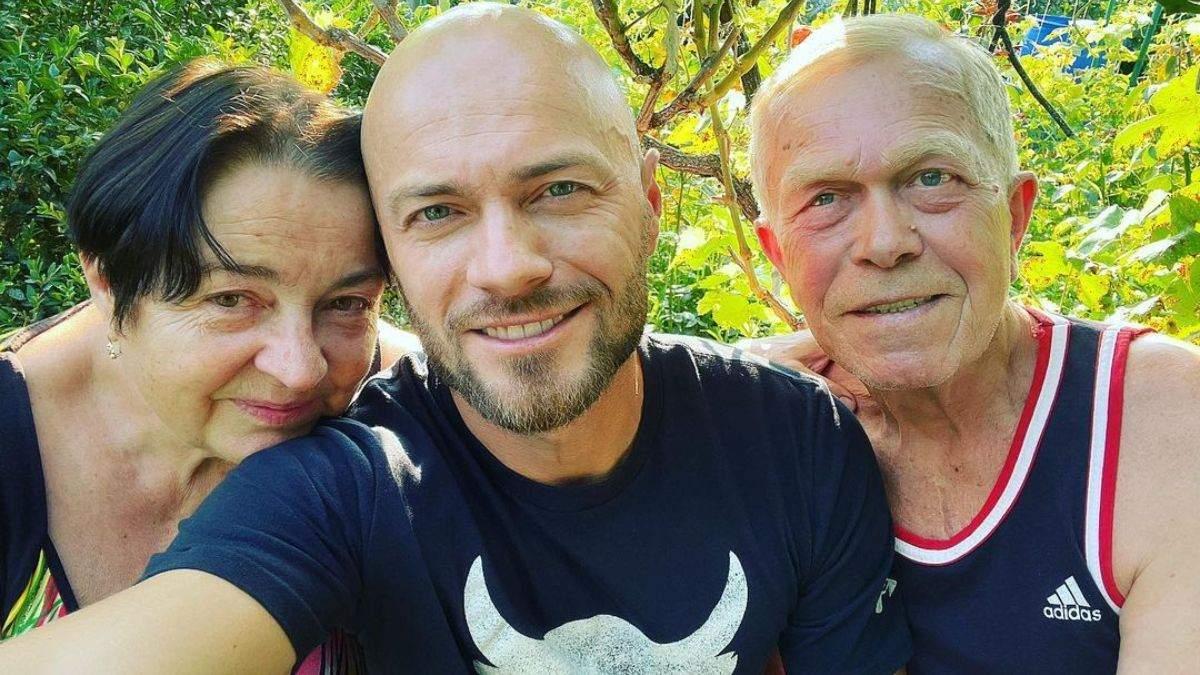 Влад Яма растрогал редким фото с родителями