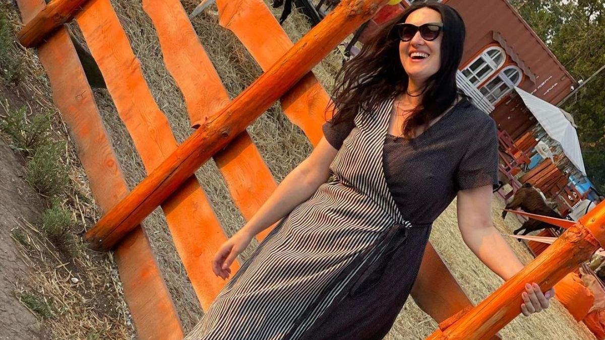 Соломия Витвицкая в Одесской области в черно-белом платье: фото